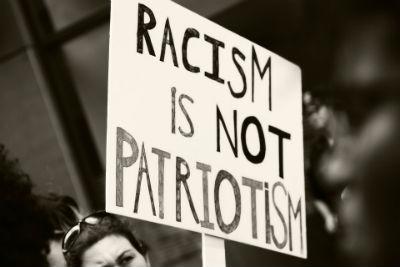 Pancarta racismo no es patriotismo